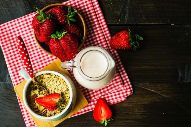 Pequeno-almoço saudável com morangos