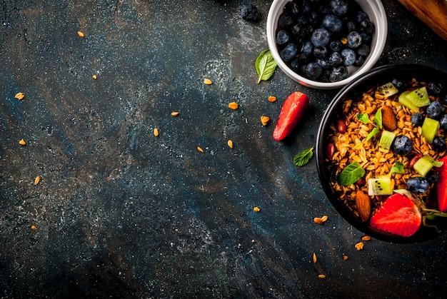 Pequeno-almoço saudável com muesli ou granola com nozes e frutas e frutas frescas
