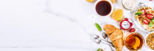 Pequeno-almoço saudável comer conceito, vários alimentos de manhã - panqueca