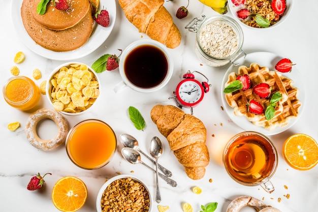 Pequeno-almoço saudável comer conceito, vários alimentos de manhã
