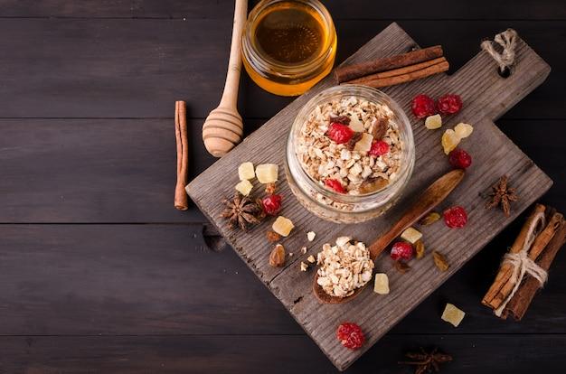 Pequeno-almoço saudável conjunto granola em frasco de vidro