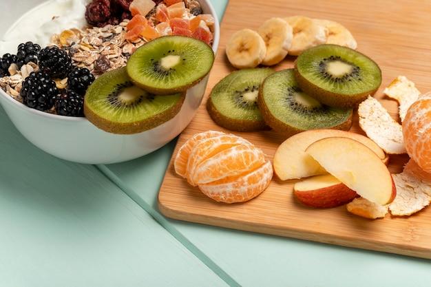 Pequeno-almoço saudável de close-up com muesli