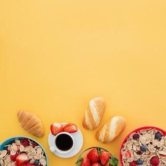 Pequeno-almoço saudável de iogurte com muesli e frutas