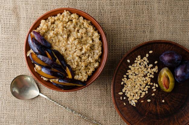 Pequeno-almoço saudável de tigela com mingau de aveia