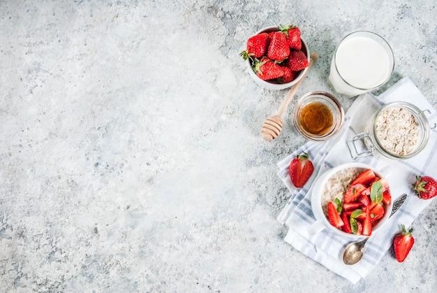 Pequeno-almoço saudável de verão, aveia durante a noite com leite e morango fresco