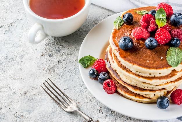 Pequeno-almoço saudável de verão, panquecas americanas clássicas caseiras com frutas frescas