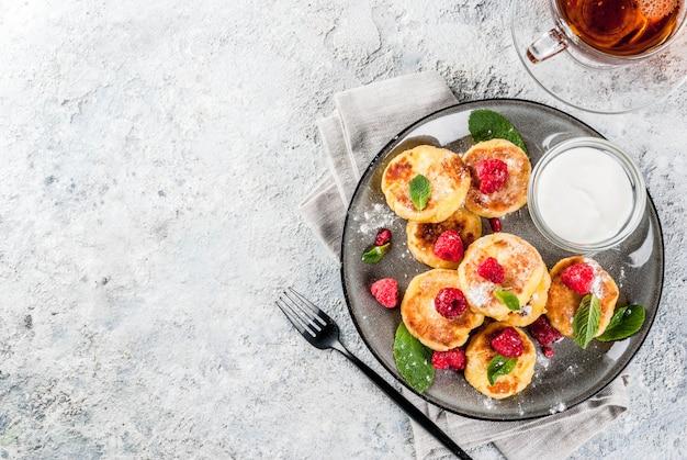 Pequeno-almoço saudável de verão, panquecas de queijo com framboesa