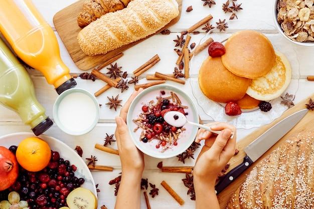 Pequeno-almoço saudável e conceito de comer iogurte