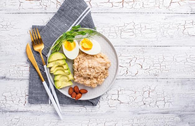 Pequeno-almoço saudável e equilibrado no prato