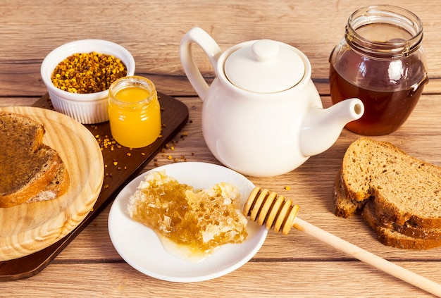 Pequeno-almoço saudável e orgânico com mel doce
