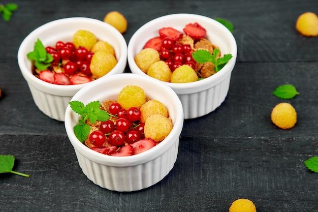 Pequeno-almoço saudável em tigelas brancas