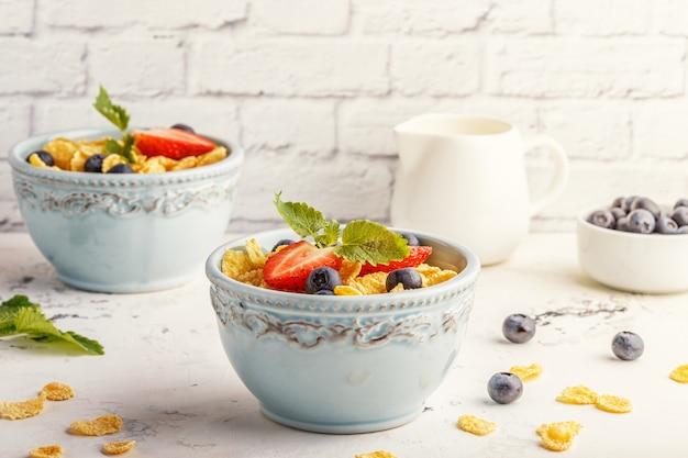 Pequeno-almoço saudável flocos de milho com frutas e bagas