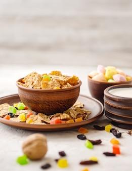Pequeno-almoço saudável (flocos de trigo, nozes, frutas cristalizadas, passas, leite)