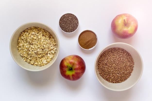 Pequeno-almoço saudável - maçãs, sementes de chia, canela, grãos
