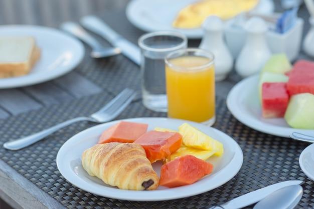 Pequeno-almoço saudável na mesa closeup no café ao ar livre