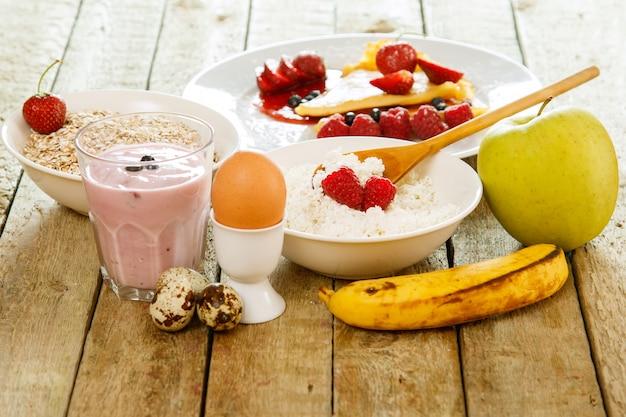 Pequeno-almoço saudável na mesa de madeira