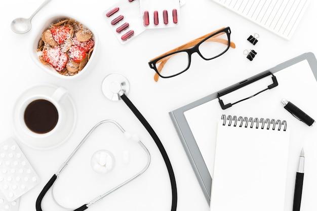 Pequeno-almoço saudável na mesa médica