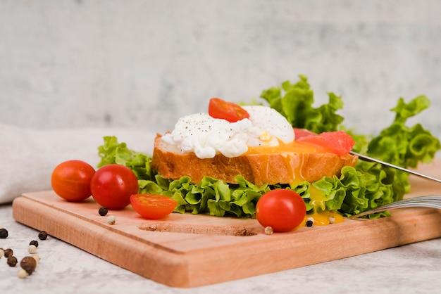 Pequeno-almoço saudável na placa de madeira