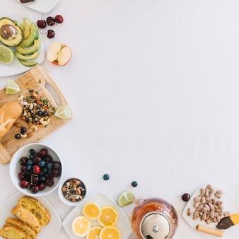 Pequeno-almoço saudável no fundo branco