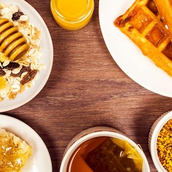 Pequeno-almoço saudável organizado na mesa de madeira