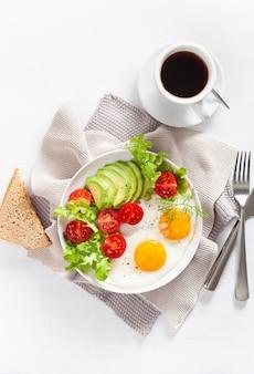 Pequeno-almoço saudável plana leigos. ovos fritos, abacate, tomate, torradas e café
