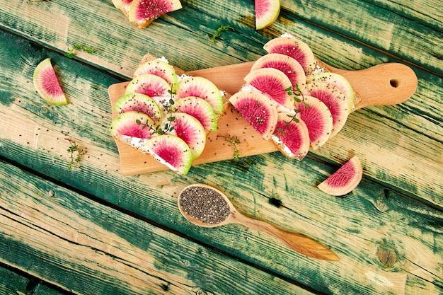Pequeno-almoço saudável torradas de rabanete de melancia em fatias