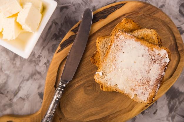 Pequeno-almoço simples de produtos tradicionais - torrada com manteiga