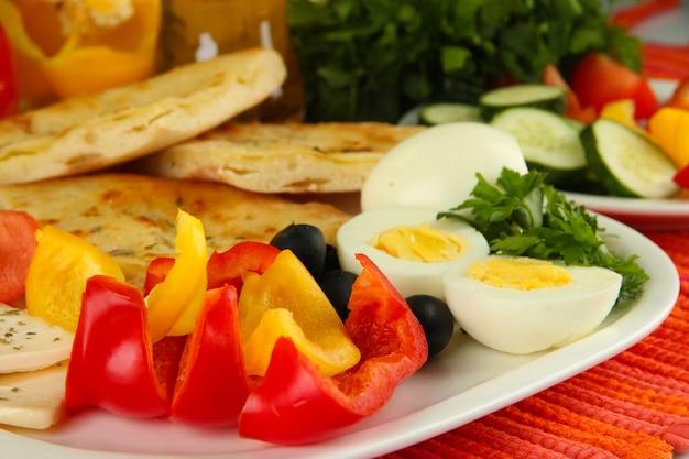 Pequeno-almoço tradicional turco de perto