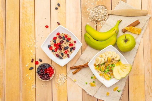 Pequeno-almoço vegetariano saudável com aveia e frutas