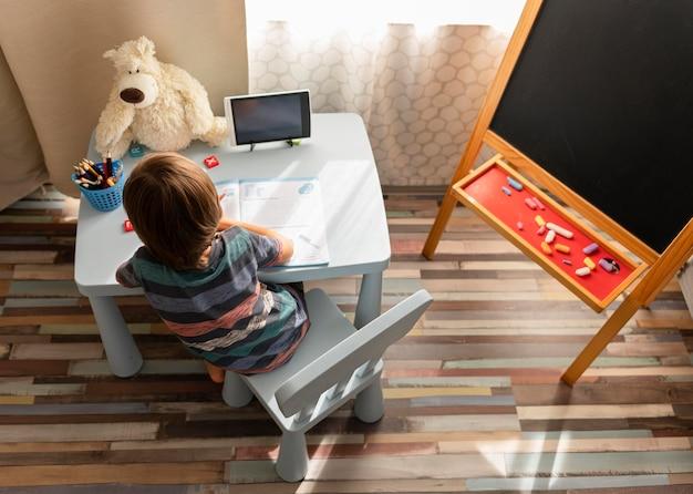 Pequeno aluno on-line com visão geral