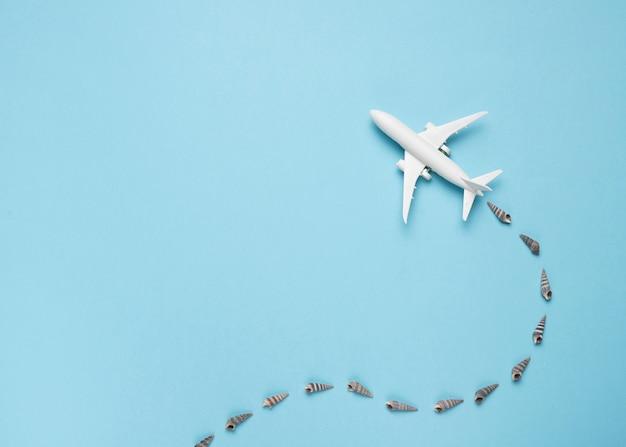 Pequeno avião com traço de conchas