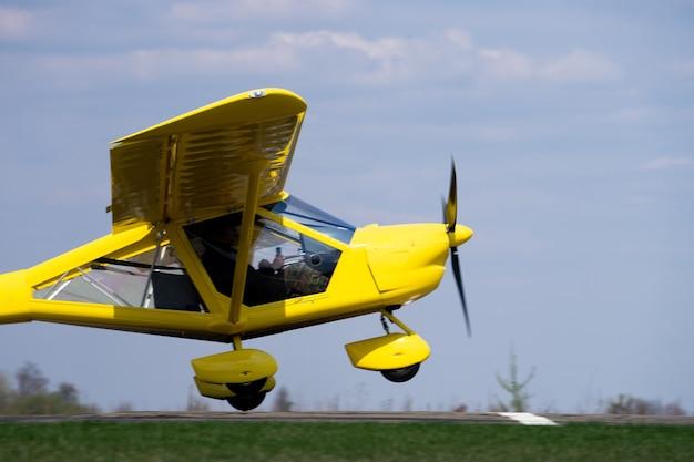 Pequeno avião decolando do campo verde. conceito de aumento e desenvolvimento.