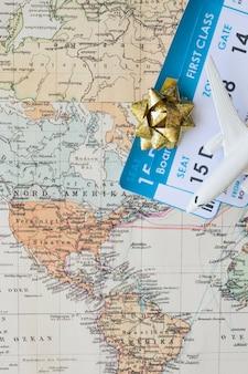 Pequeno avião no mapa com bilhetes