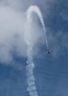 Pequeno avião retrô, céu azul claro