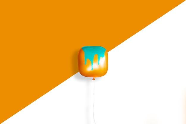 Pequeno balão abstrato em um fundo minimalista,