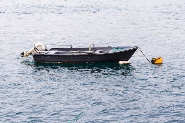 Pequeno barco cinza