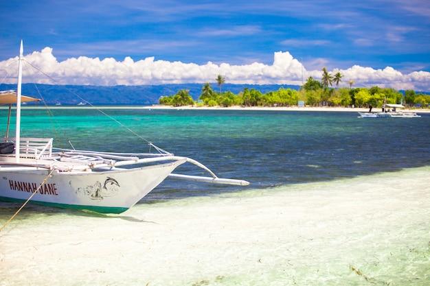 Pequeno barco de pesca na lagoa azul-turquesa