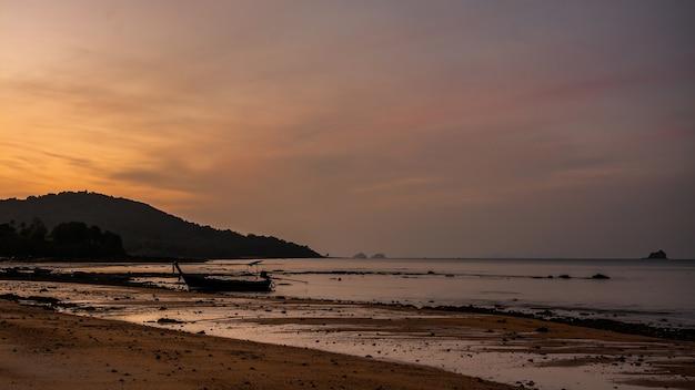 Pequeno barco de pesca na praia à noite