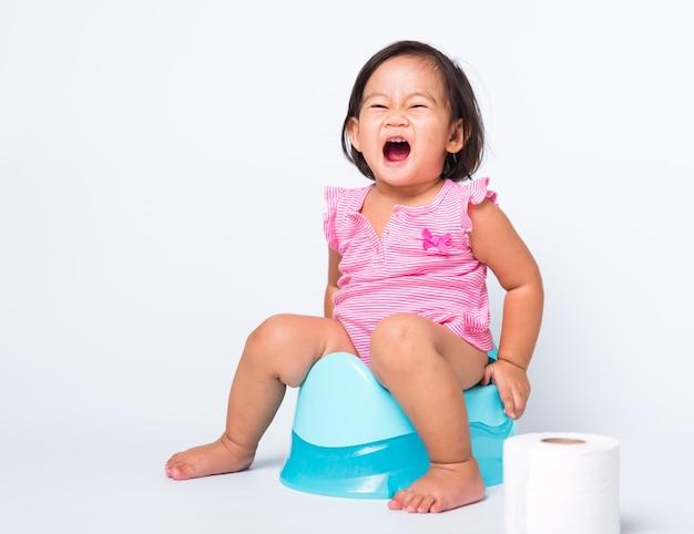 Pequeno bebê fofo criança menina educação formação para sentado no penico azul