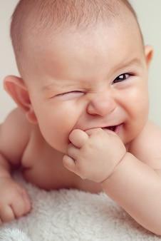 Pequeno bebê recém-nascido bonito infantil dentição