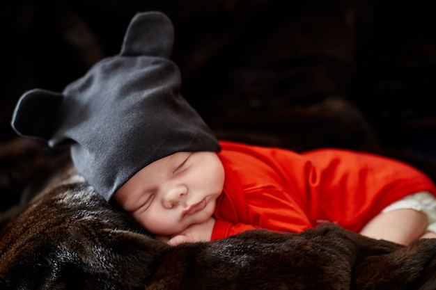 Pequeno bebê recém-nascido está deitado no sofá. primeiros dias