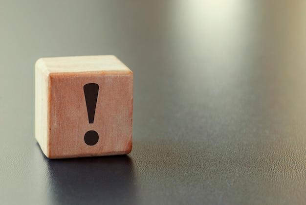 Pequeno bloco de madeira com ponto de exclamação