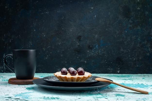 Pequeno bolo com frutas açúcar em pó no chão azul claro bolo doce assar torta de frutas