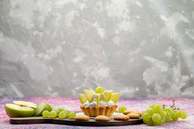 Pequeno bolo cremoso com frutas fatiadas em mesa colorida, bolo doce açucar