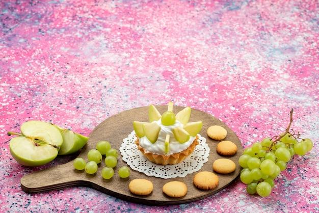 Pequeno bolo cremoso com frutas fatiadas em mesa colorida, bolo doce com açúcar cor de assar