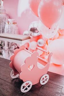 Pequeno brinquedo de madeira carrinho de bebê em uma festa de chá de bebê