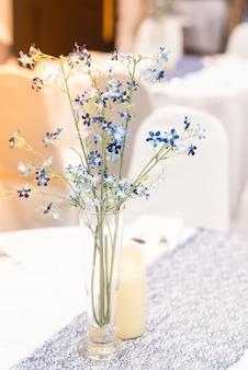 Pequeno buquê de flores colocado na mesa