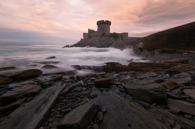 Pequeno castelo cercado pelo corajoso oceano atlântico em sokoa (socoa) na baía de donibane lohitzune (saint jean de luz) no país basco.