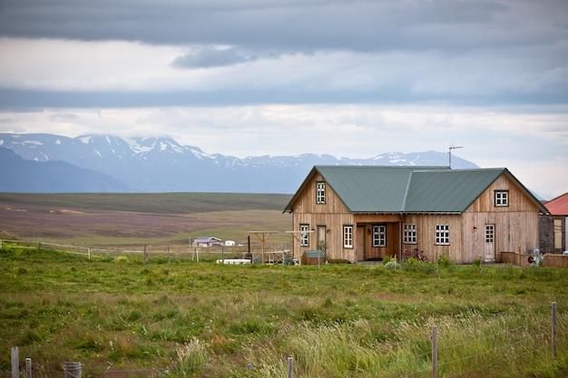 Pequeno chalé de madeira na paisagem da islândia
