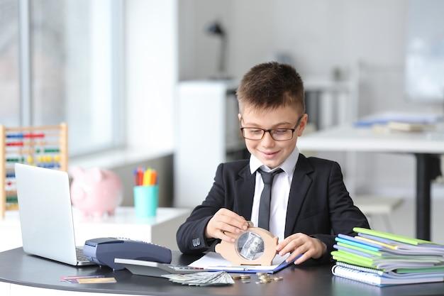 Pequeno contador trabalhando no escritório